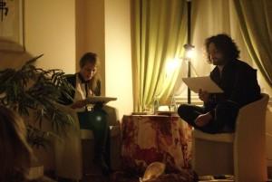 Zwei Schauspieler lesen erotische Text im LaLita